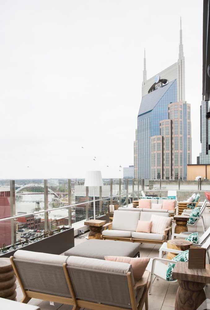 A vista da cidade é melhor aproveitada com o muro de vidro na cobertura do prédio