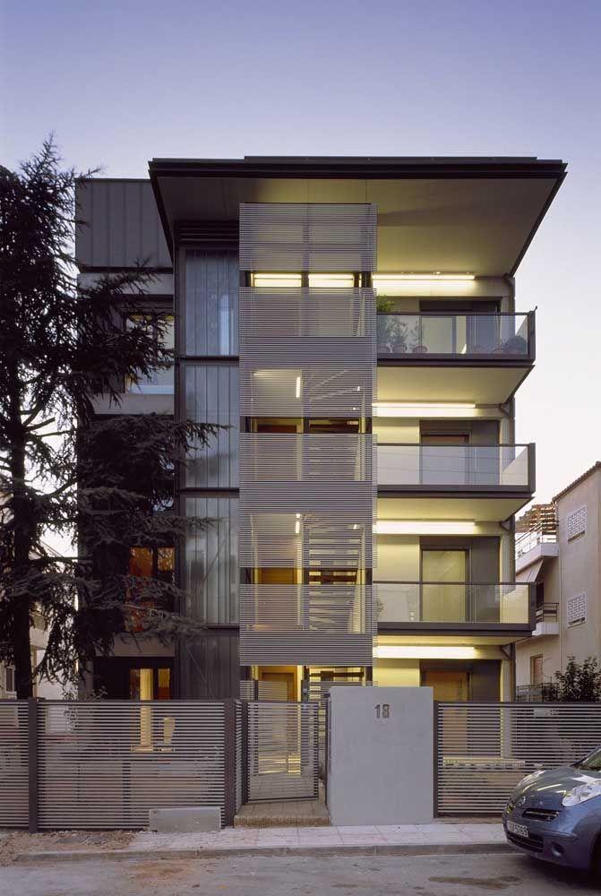 A estrutura vazada das grades de metal combina com a transparência do vidro das varandas