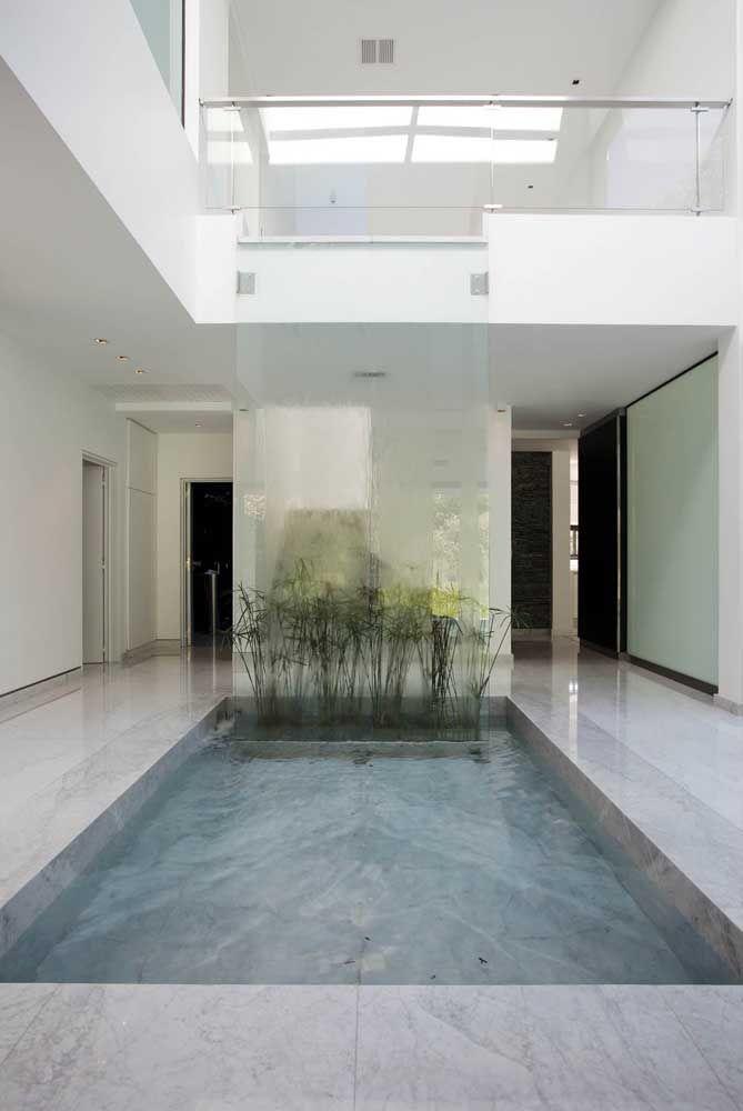 Aqui, o vidro do guarda corpo se estende até alcançar a piscina no piso inferior