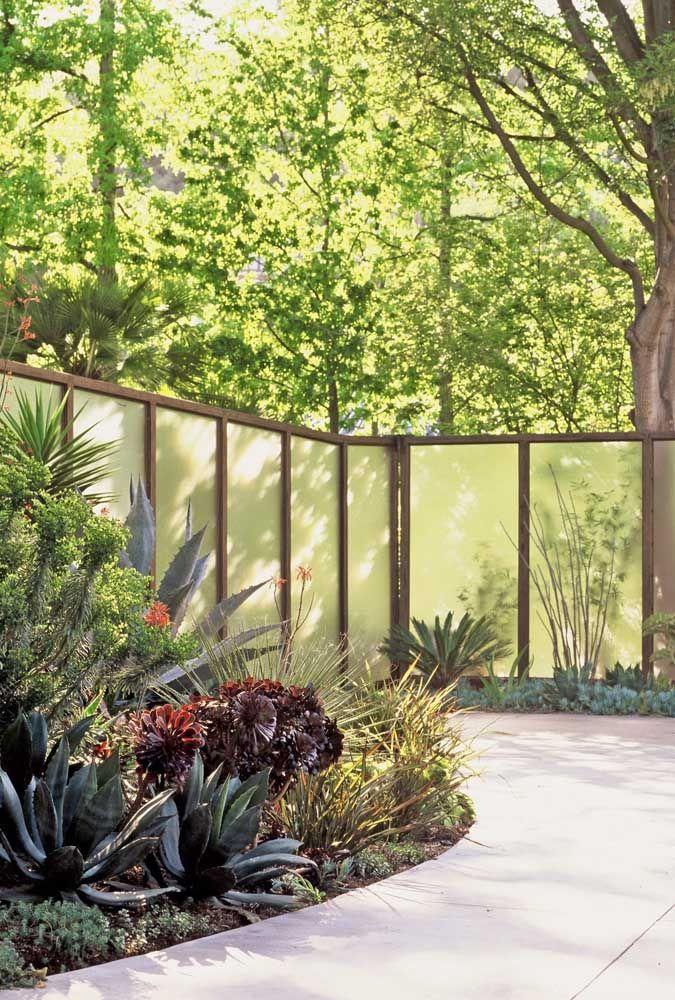 Em meio à natureza, o muro de vidro faz a marcação necessária ao terreno, mas sem quebrar a leveza do lugar