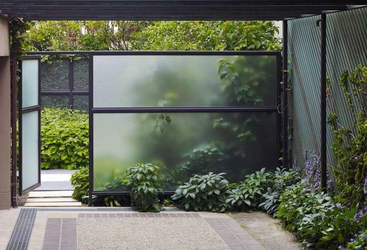 A transparência sutil do vidro jateado pode causar um efeito visual muito interessante para sua fachada, assim como aconteceu nessa casa aqui