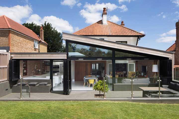 O muro de vidro dessa casa é um mero detalhe diante de toda a fachada feita com o material