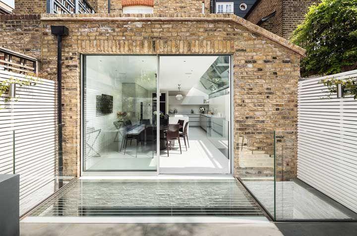 """O muro de vidro dessa casa é tão discreto que corre o risco de ser """"atropelado"""" por quem passa"""
