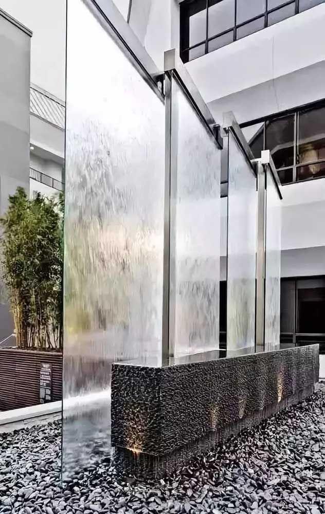 A delicadeza do vidro contrastada com a rigidez das pedras