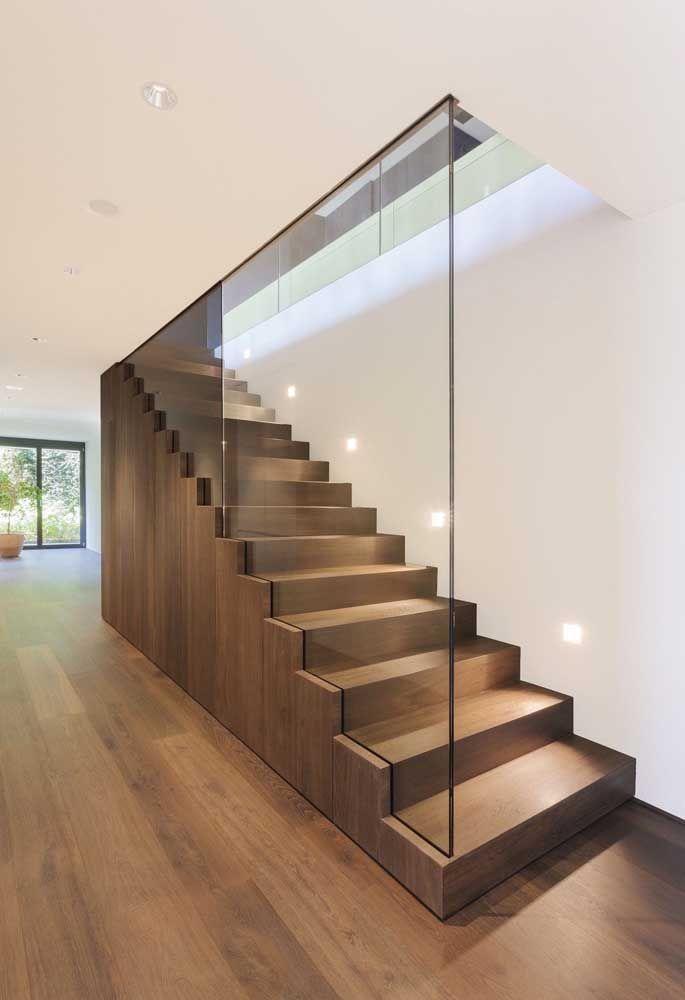 Dentro de casa, o vidro pode ser usado como guarda corpos ou para fechar a lateral de escadas
