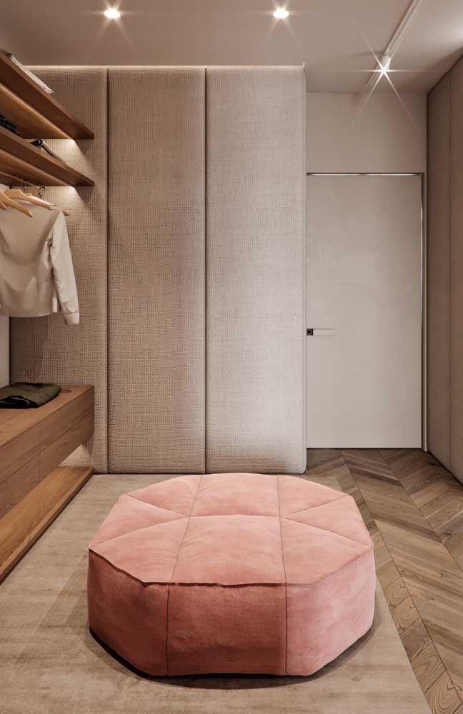 A cor palha realçada pela textura aveludada transforma o closet em um local cheio de conforto e aconchego