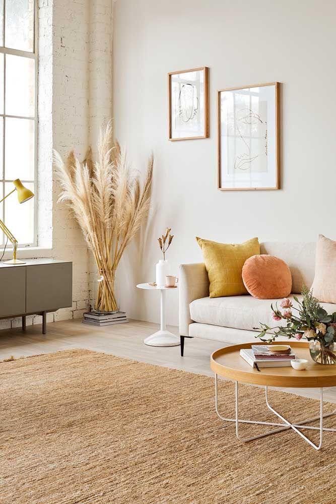 O tapete cor palha é um conforto para os pés e para os olhos; quem completa a cena são as almofadas de tom vivo, mas fechado