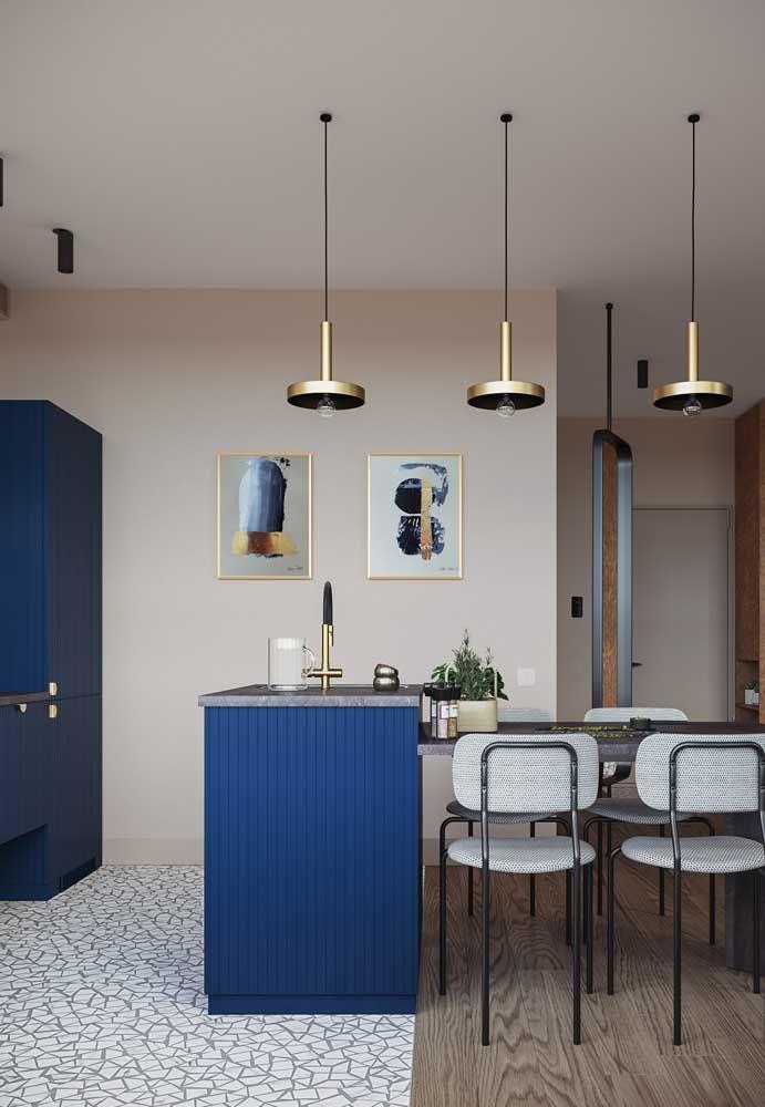 O azul bic traz ânimo a cozinha de paredes palha; para fechar a proposta detalhes dourados