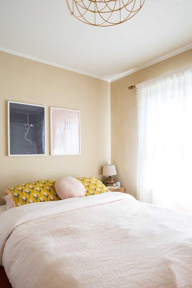 Quarto de paredes palhas e decoração simples, mas com um resultado final pra lá de confortável