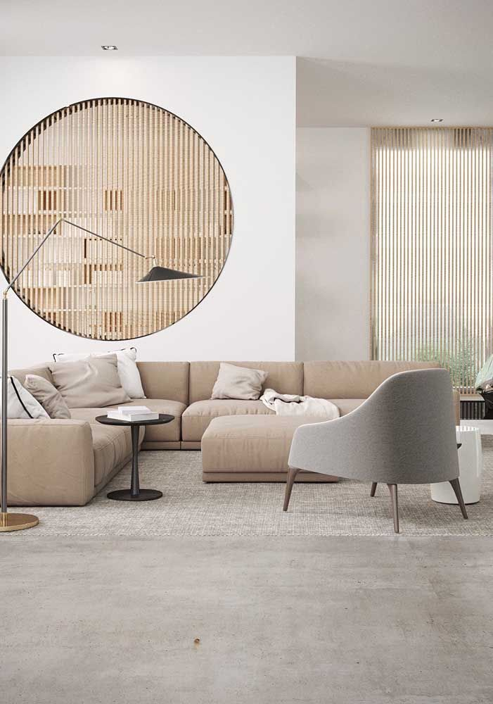 Junto ao tom de palha insira elementos em madeira; a cor do material é naturalmente compatível