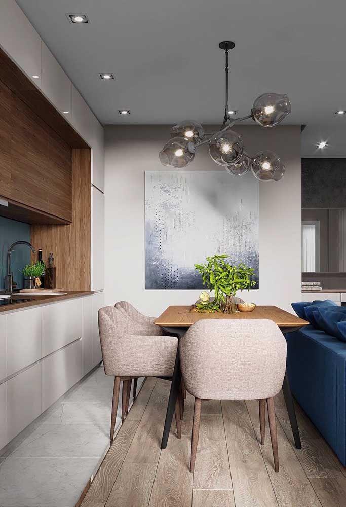 A cozinha de cadeiras palha é neutra, sem precisar ser branca