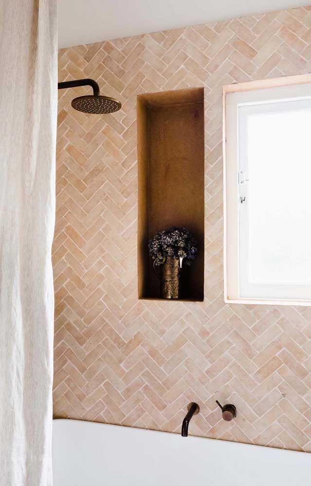 O revestimento na parede do banheiro mescla diferentes tons de bege, entre eles o palha