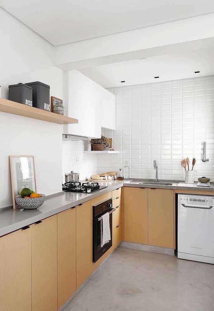 O tom palha no chão dessa cozinha se harmoniza com o laranja queimado dos armários e com a bancada cinza