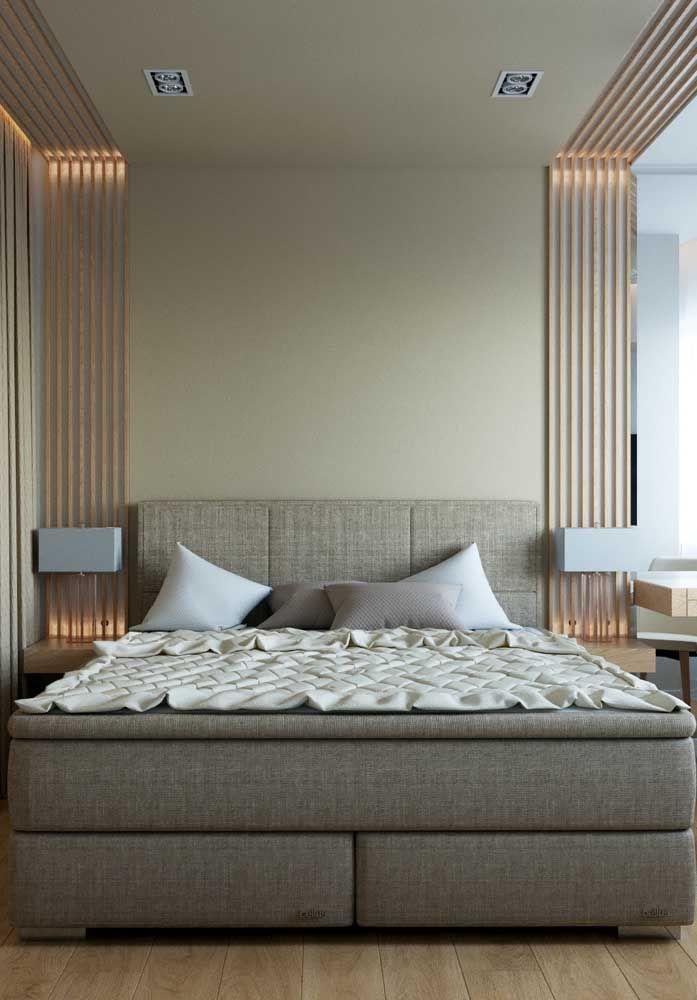 A madeira clara do revestimento lateral da cama acolhe suavemente a parede cor de palha.