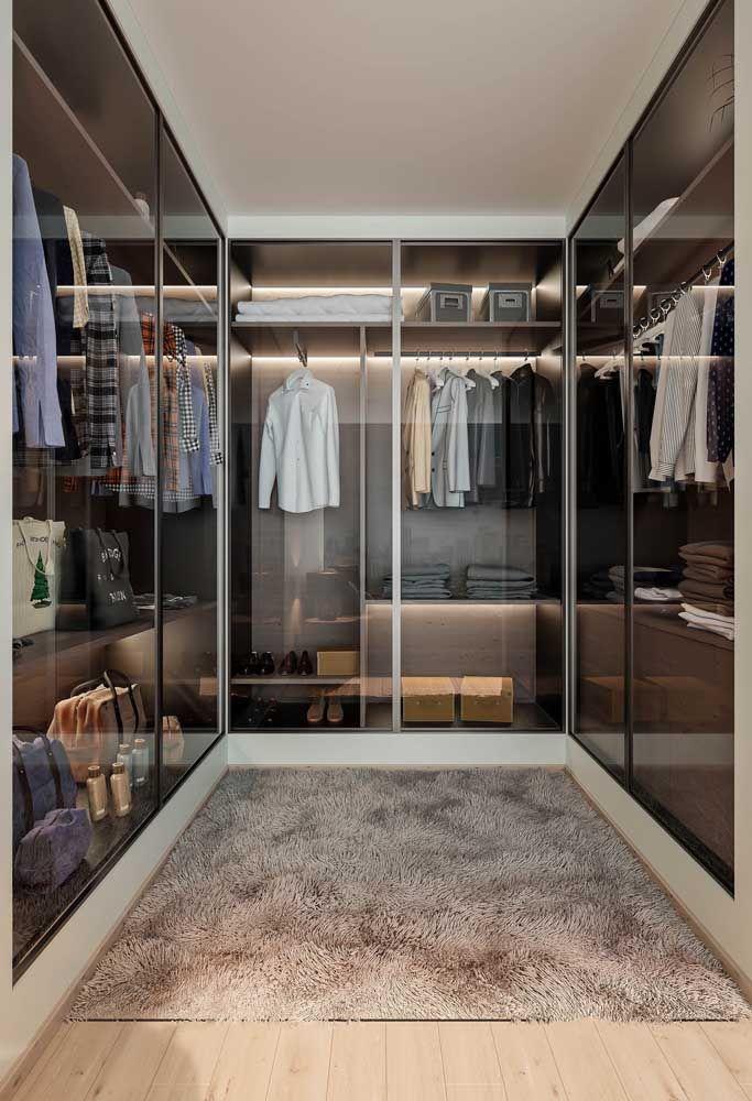 O palha confere a neutralidade necessária para o closet sem cair na monotonia do branco