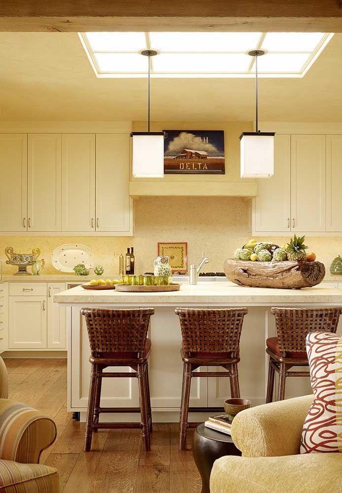 Quente e aconchegante, essa cozinha lança mão da cor palha e da madeira para criar esse efeito