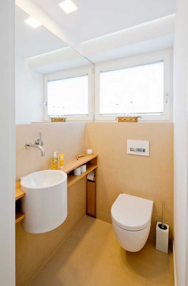 Meia parede e chão cor de palha; um pouco de calor e aconchego para o banheiro