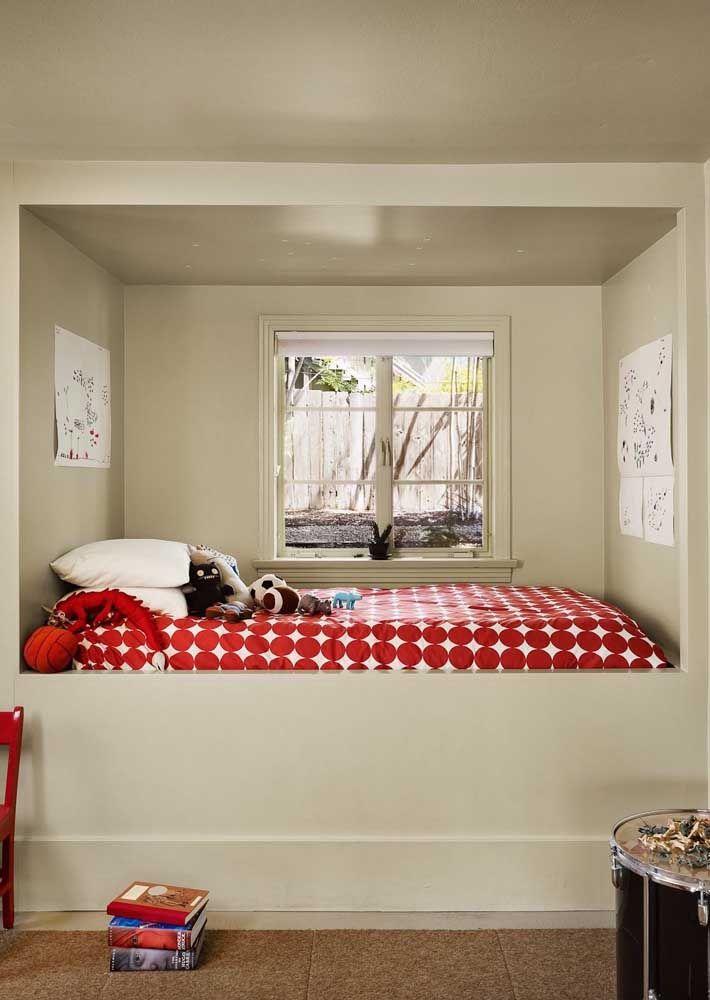 A neutralidade das paredes foi quebrada com o vermelho da roupa de cama