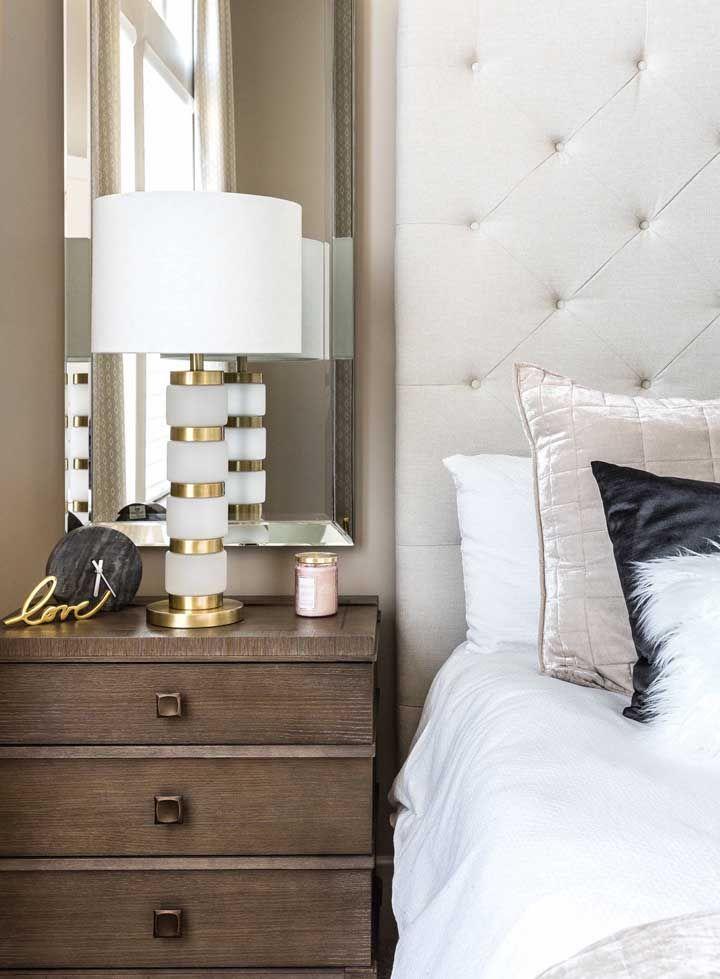 Quer uma decor clássica e elegante? Então anota a receita: palha nas paredes, móveis e detalhes em branco, dourado e madeira