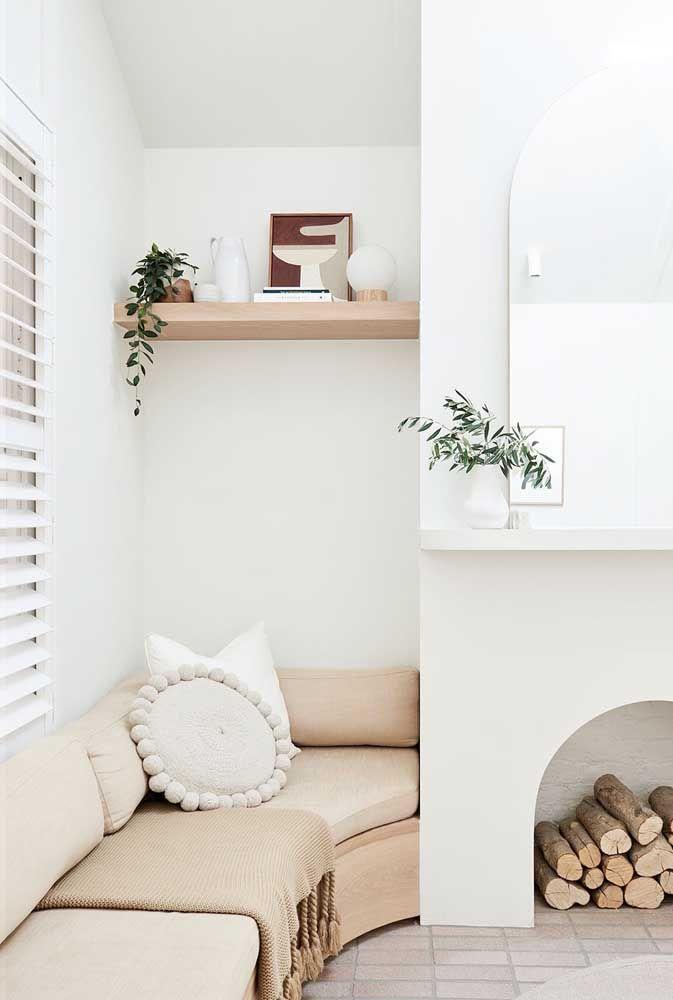 E se você não abre mão de uma parede branquinha pode apostar no palha como cor dos móveis e estofados