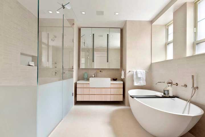 No banheiro, você pode optar por usar o palha nas paredes e nos móveis