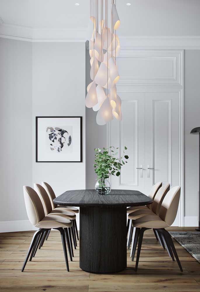 Branco, palha e preto transformam essa sala em um misto de estilo clássico com moderno