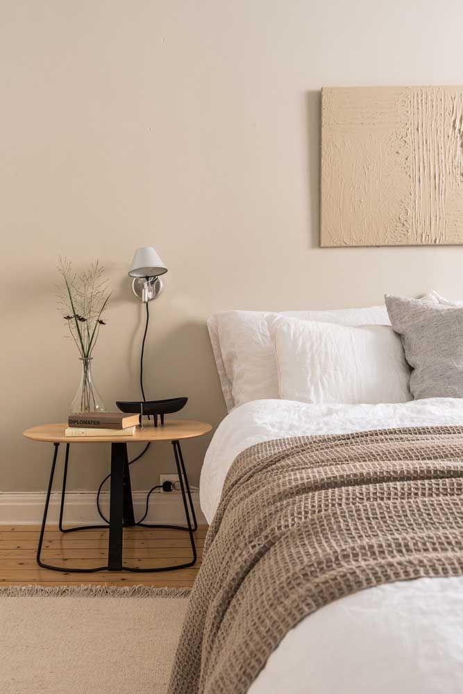O palha na parede tira o quarto de uma possível mesmice branca