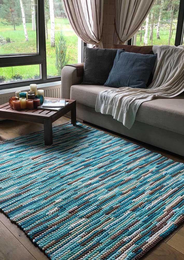 Tapete de crochê mesclado em cinza, azul e preto para uma decor moderna e jovial