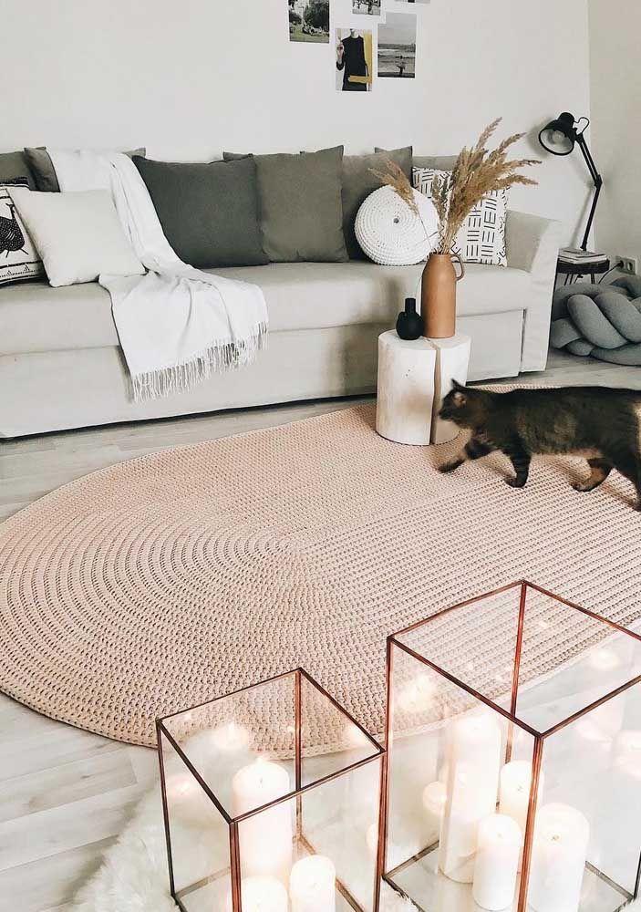 Que tal um modelo de tapete de crochê cor de rosa suave para dar aquele toque romântico e delicado à sala?