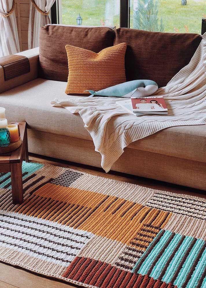 Em formato de passadeira, esse tapete de crochê se encaixou perfeitamente na sala, tanto na combinação de cores, quanto no tamanho
