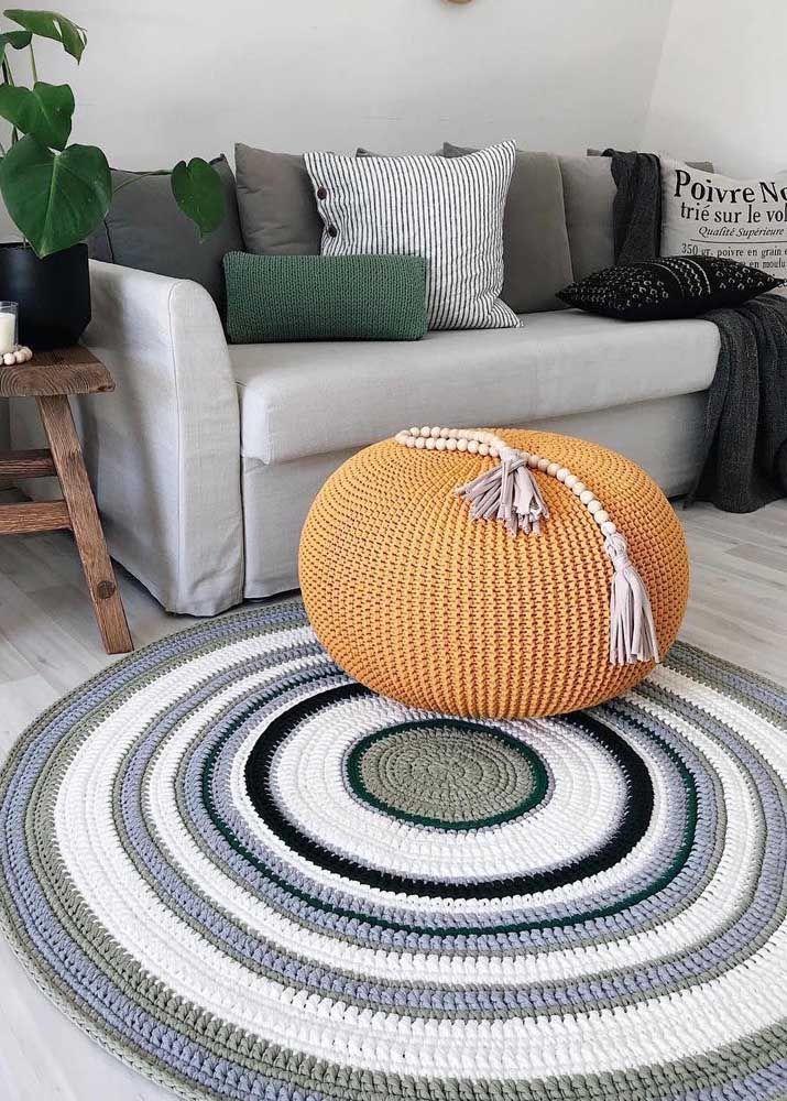 Puff e tapete de crochê, mas em cores bem distintas
