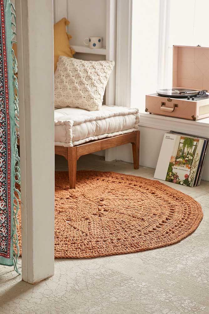 O modelo clássico de tapete de crochê foi usado nessa sala de influência retrô