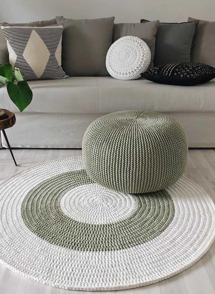 Combinação perfeita de cores e formas nessa sala onde o crochê é rei
