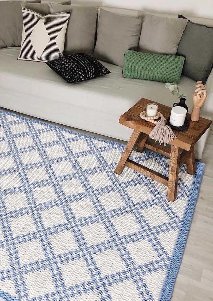 Um modelo de tapete de crochê azul e branco para você sair do básico
