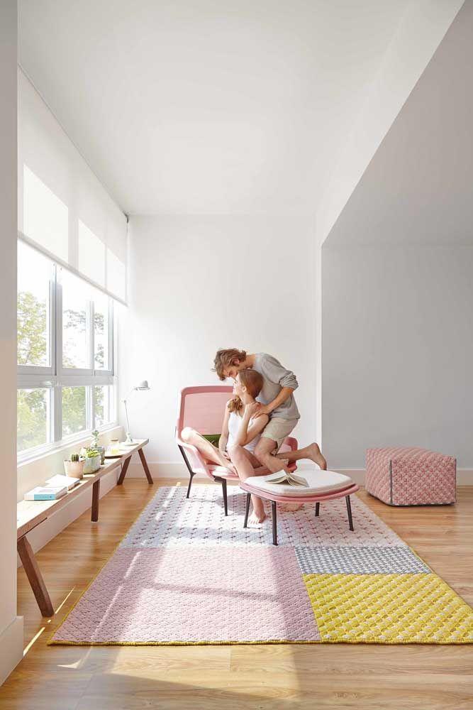 Unidos, os quadrados de crochê em diferentes cores se transformaram em um tapete muito aconchegante