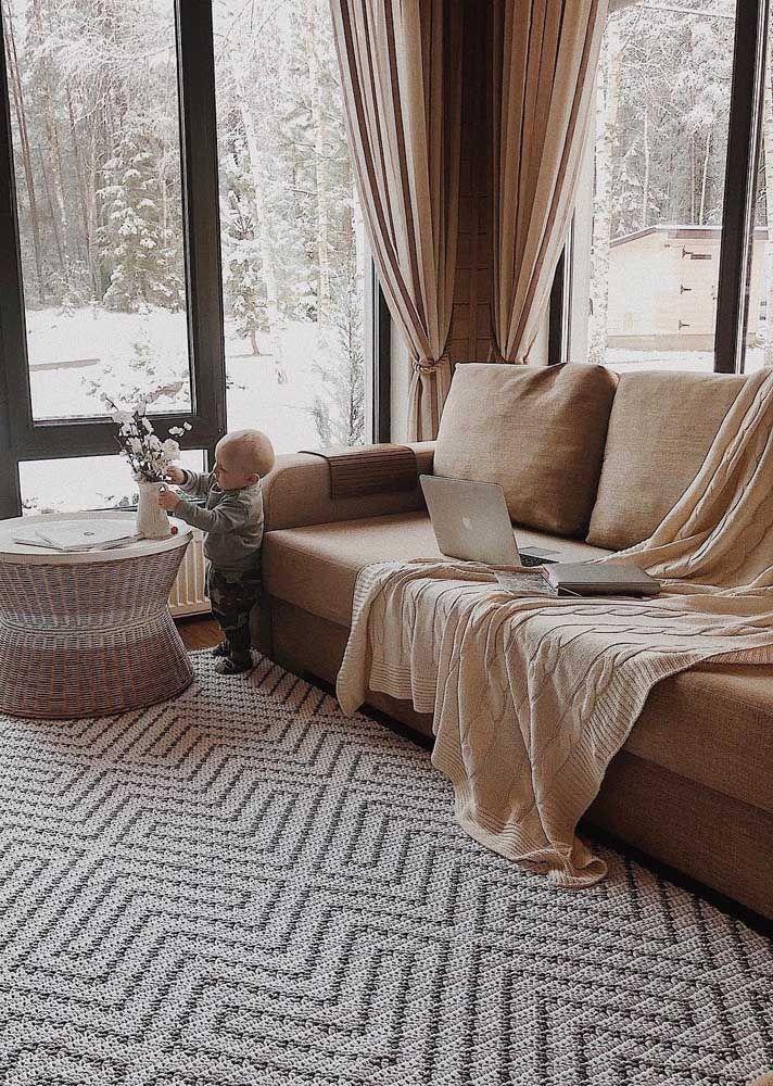 Conforto e acolhimento: o tapete de crochê sabe como trazer essas sensações para a sala
