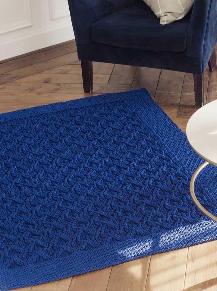 Para não passar despercebido, aposte em uma cor forte, como o azul royal, para o tapete de crochê