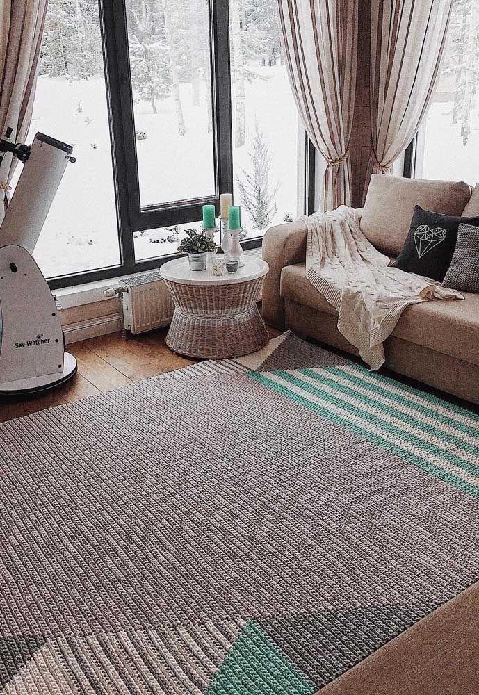 Brinque com as formas e as cores do tapete de crochê