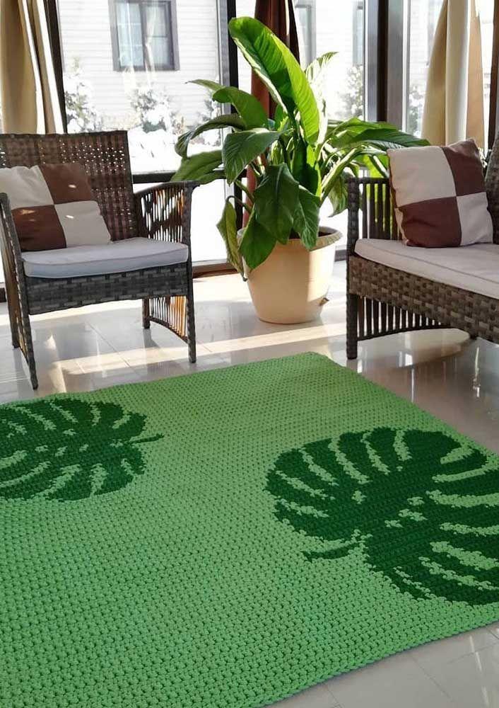 """A planta símbolo do momento, a Costela de Adão, """"impressa"""" nesse tapete de crochê para sala"""
