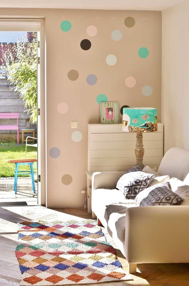 Poá na parede e losangos no tapete, em comum, as cores variadas entre eles