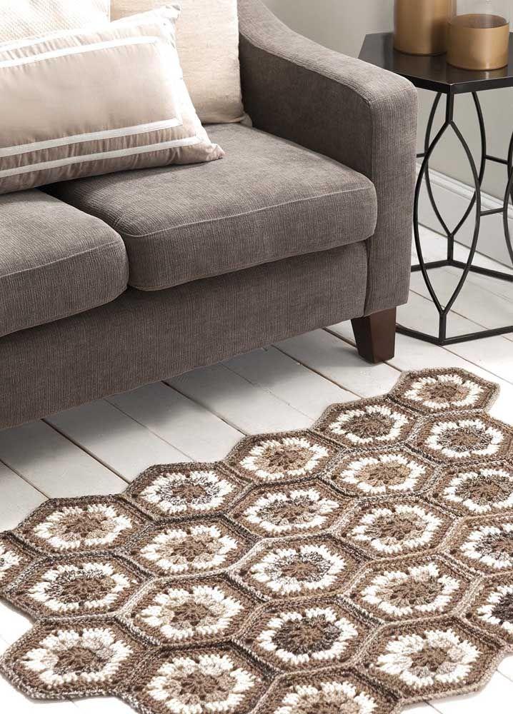 Uma forma fácil de fazer tapete de crochê é confeccionando peças menores e unindo-as uma a uma depois
