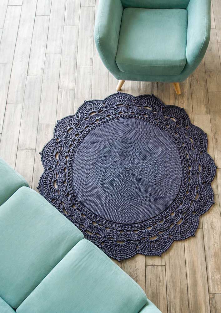 A borda desse tapete de crochê redondo é o grande destaque da sala