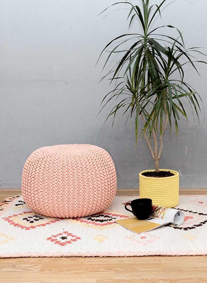 Já que o crochê está em alta, aproveite linhas e agulhas para produzir capas para o puff e cachepôs para o vaso de plantas