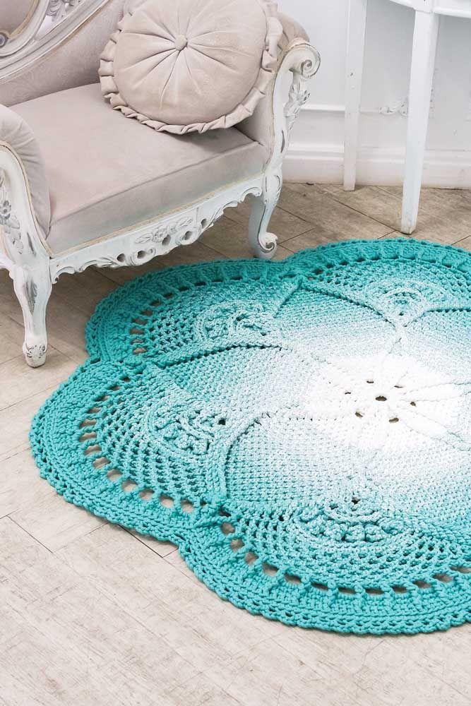 O branco no centro do tapete de crochê cria um efeito de luz muito bonito