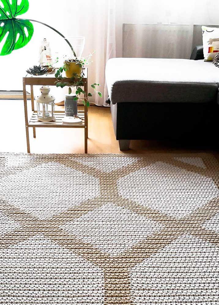 Tom sobre tom no tapete de crochê de forma geométrica