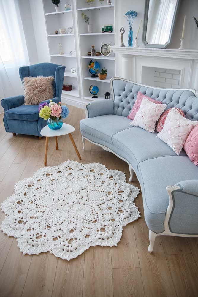 Sala de estilo clássico com tapete de crochê: uma combinação certeira