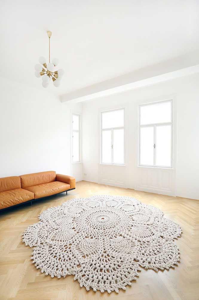 Sala grande pede por um tapete de crochê grande