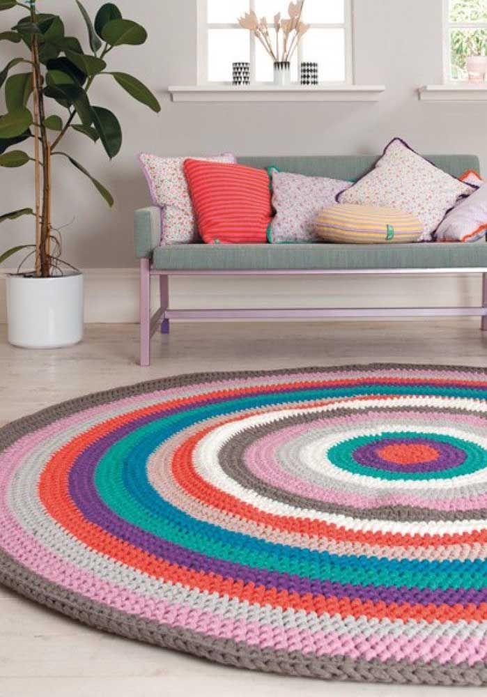 Muitas cores para formar esse tapete de crochê redondo para sala