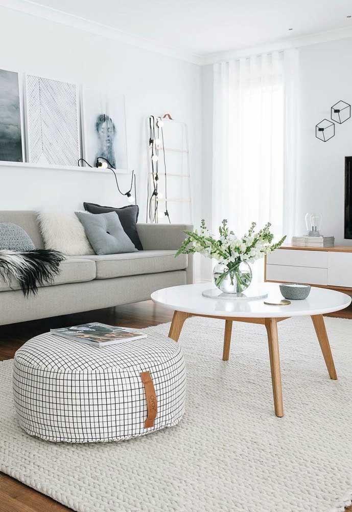 Decoração clean e moderna destacada pelo uso do tapete de crochê quadrado