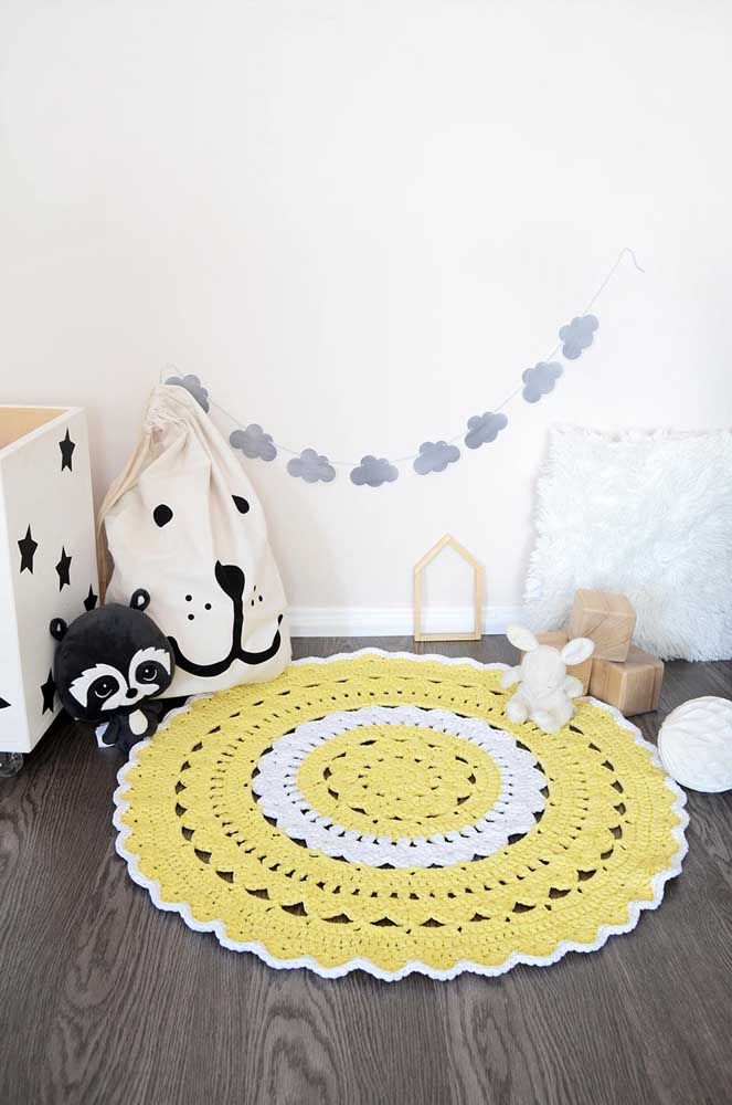 Tapetinho delicado de crochê amarelo para o quarto do bebê